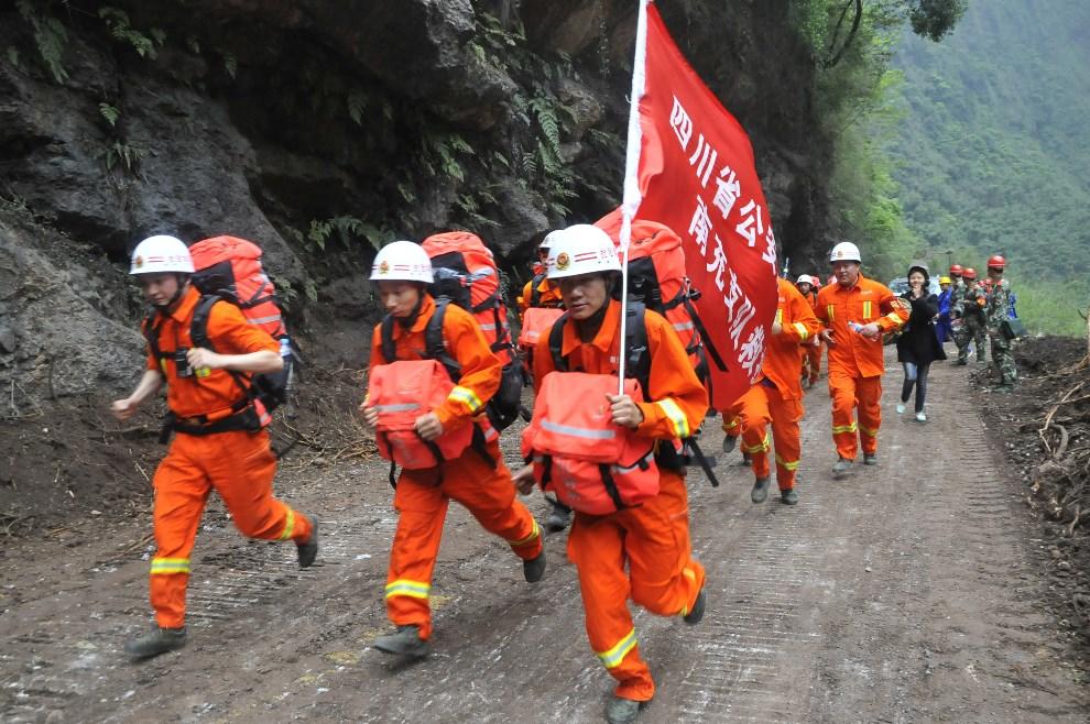 7.CHINY, Ya'an, 21 kwietnia 2013: Grupa ratowników zmierzająca w kierunku Baoxing.  AFP PHOTO