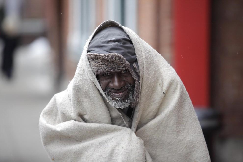7.USA, Detoroit, 24 lutego 2013: Bezdomny mężczyzna chroni się przed zimnem. (Foto: J.D. Pooley/Getty Images)