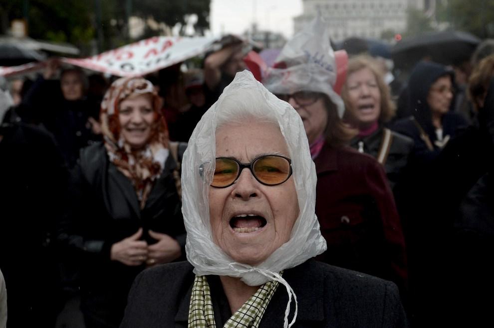 8.GRECJA, Ateny, 19 kwietnia 2013: Protest emerytów w Atenach. AFP PHOTO / ARIS MESSINIS