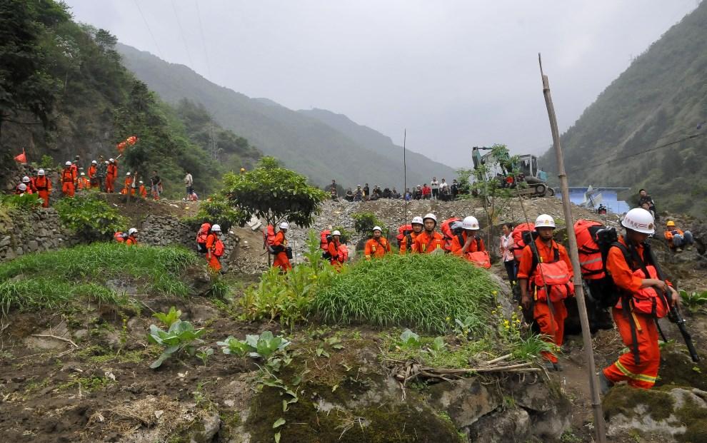8.CHINY, Ya'an, 21 kwietnia 2013: Grupa ratowników w miejscu osunięcia się ziemi. AFP PHOTO