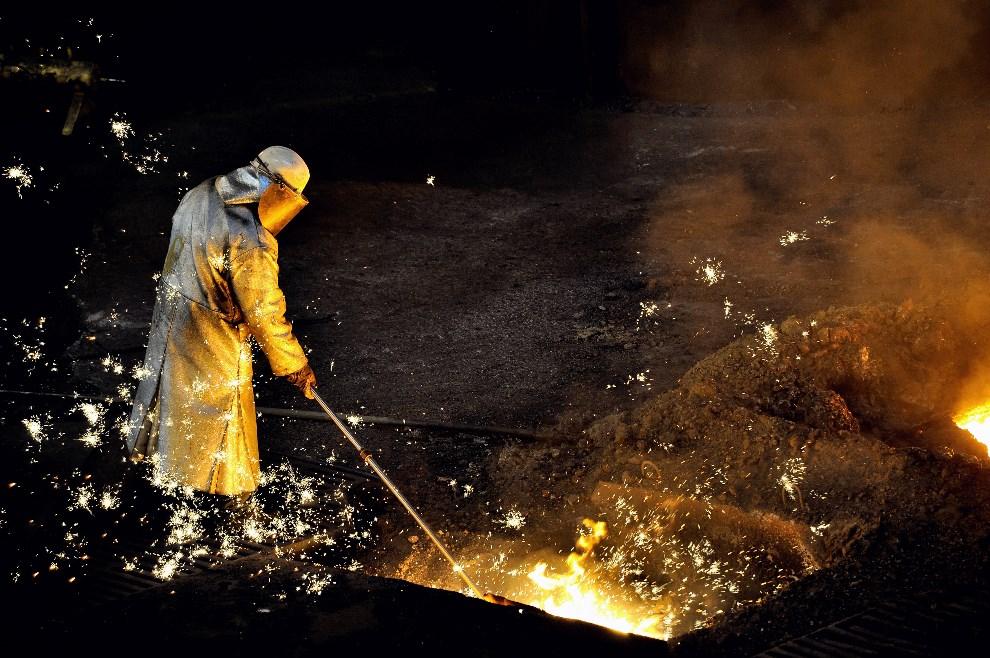 8.FRANCJA, Grande-Synthe, 22 kwietnia 2013: Pracownik huty ArcelorMittal. AFP PHOTO PHILIPPE HUGUEN