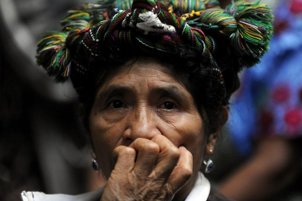 11.GWATEMALA, Gwatemala, 9 maja 2013: Kobieta przyglądająca się procesowi byłego dyktatora,  generała Jose Efraina Rios Montta. AFP PHOTO/Johan ORDONEZ