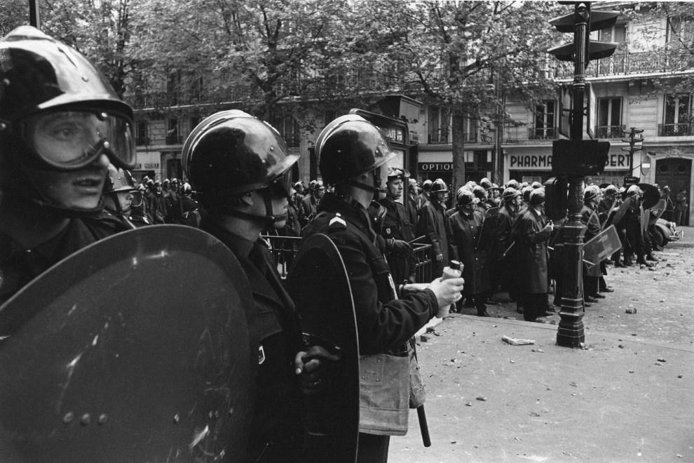 11.FRANCJA, Paryż, maj 1968: Oddział policji podczas strać ulicznych. (Foto: Reg Lancaster/Getty Images)