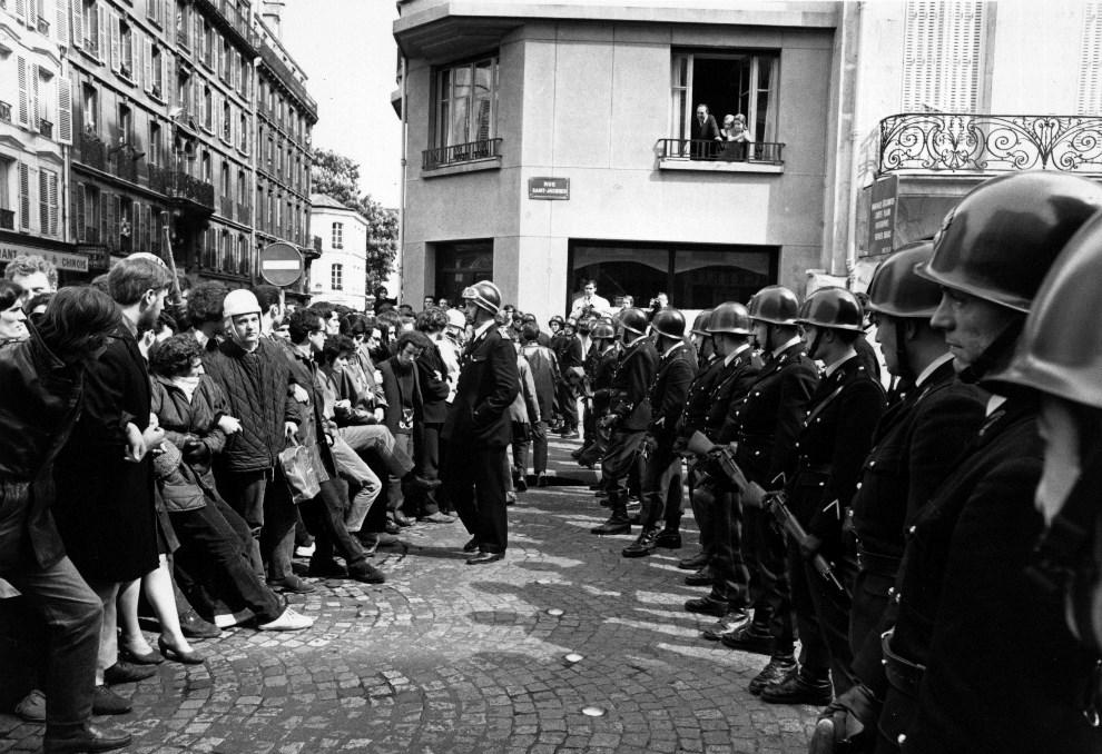 12.FRANCJA, Paryż, 14 maja 1968: Oddział policji zagradza drogę protestującym studentom. (Foto: Reg Lancaster/Express/Getty Images)