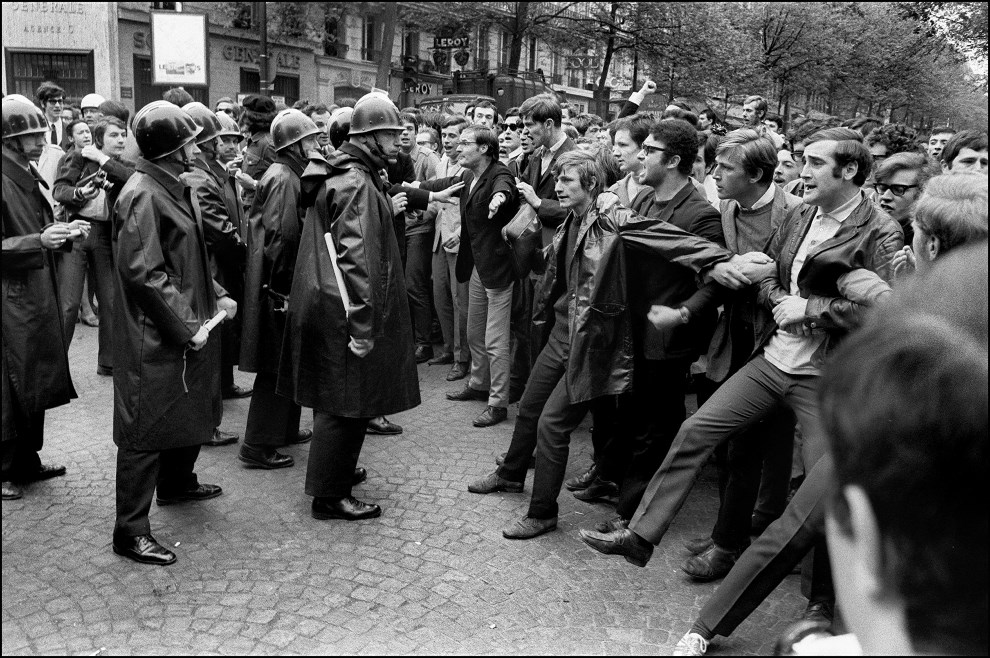 13.FRANCJA, Paryż, 6 maja 1968: Studenci protestujący na bulwarze Saint Michel. AFP