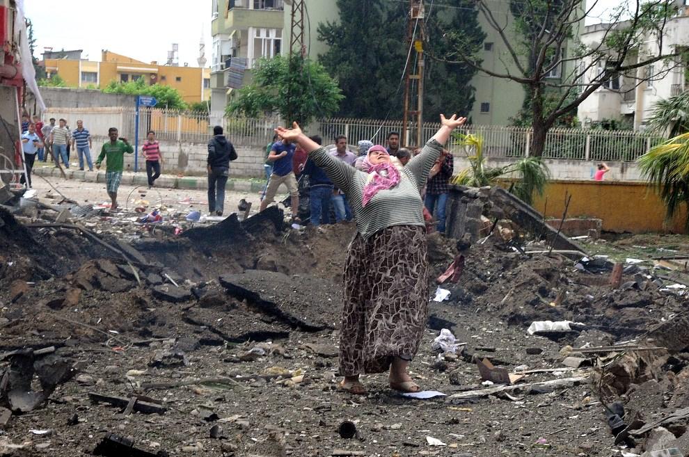 14.TURCJA, Reyhanli, 11 maja 2013: Kobieta rozpaczająca w miejscu eksplozji samochodu pułapki. AFP PHOTO/ ANATOLIAN NEWS AGENCY