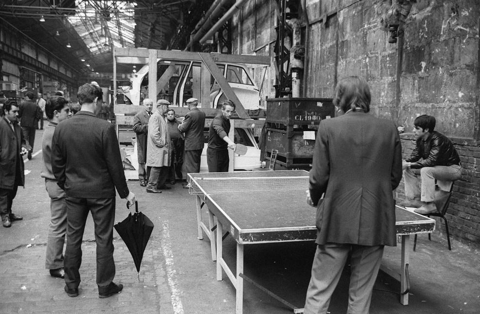 15.FRANCJA, Paryz, 24 maja 1968: Strajkujacy pracownicy fabryki samochodów Citroen. AFP
