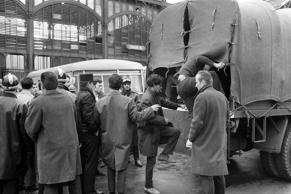 16.FRANCJA, Paryż, 18 maja 1968: Policja zatrzymuje studentów w dzielnicy Halles. AFP