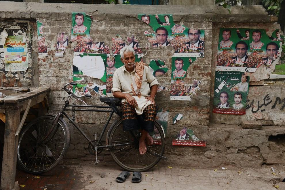 16.PAKISTAN, Lahore, 10 maja 2013: Sprzedawca lodu czekający na klientów. AFP PHOTOS/Roberto SCHMIDT