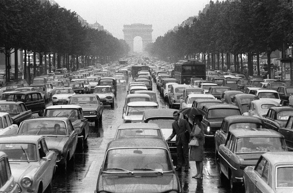 17.FRANCJA, Paryż, 4 maja 1968: Olbrzymi korek na Polach Elizejskich. Część kierowców porzuciła swoje samochody. AFP