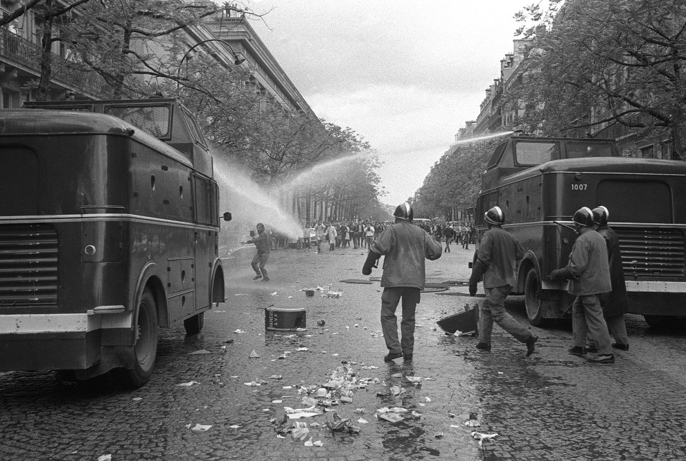 18.FRANCJA, Paryż, maj 1968: Policyjne armatki wodne rozpędzają demonstrantów. AFP