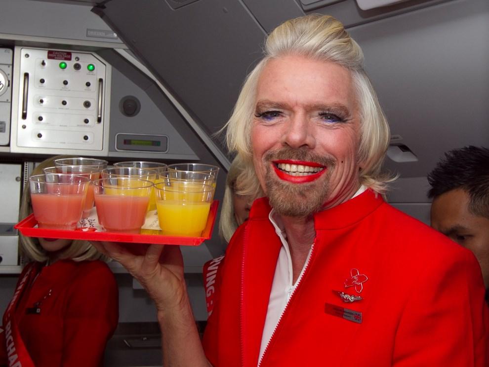 19.AUSTRALIA, Perth, 12 maja 2013: Richard Branson w stroju stewardesy, po przegranym zakładzie z Tonym Fernandesem (prezesem AirAsia). AFP PHOTO / Tony ASHBY
