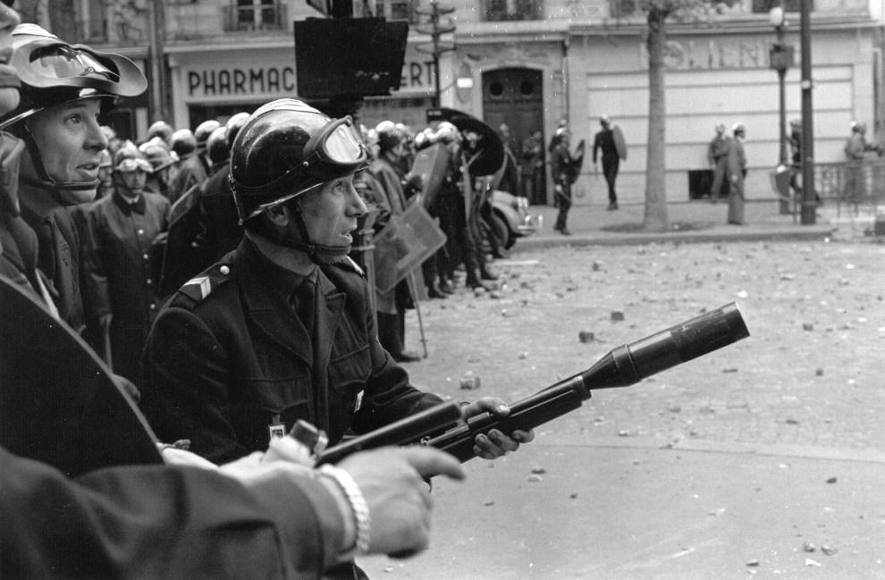 19.FRANCJA, Paryż, maj 1968:  Oddział policji podczas starć ze studentami. (Foto: Reg Lancaster/Getty Images)