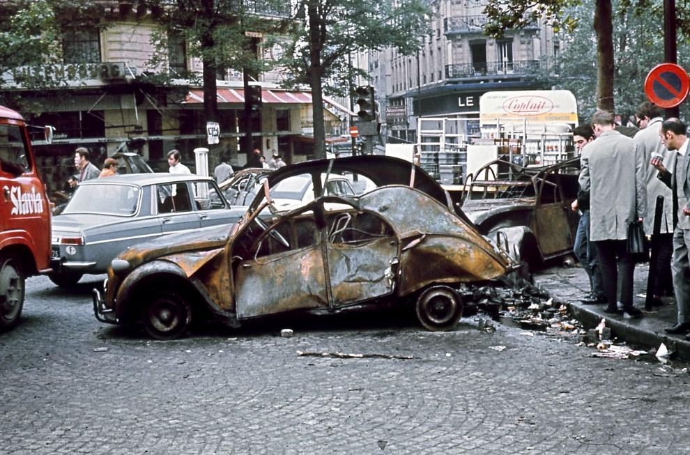 1.FRANCJA, Paryż, 25 maja 1968: Samochody spalone podczas nocnych starć studentów z policją. AFP