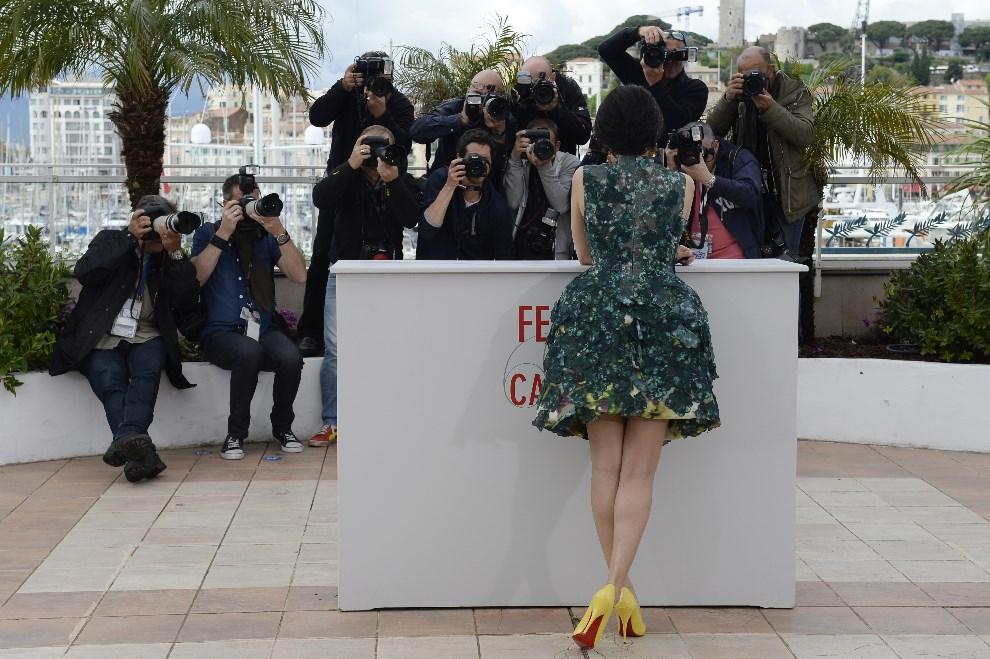 20.FRANCJA, Cannes, 16 maja 2013: Aktorka Zhang Ziyi podczas spotkania z fotoreporterami na festiwalu w Cannes. AFP PHOTO / ANNE-CHRISTINE POUJOULAT