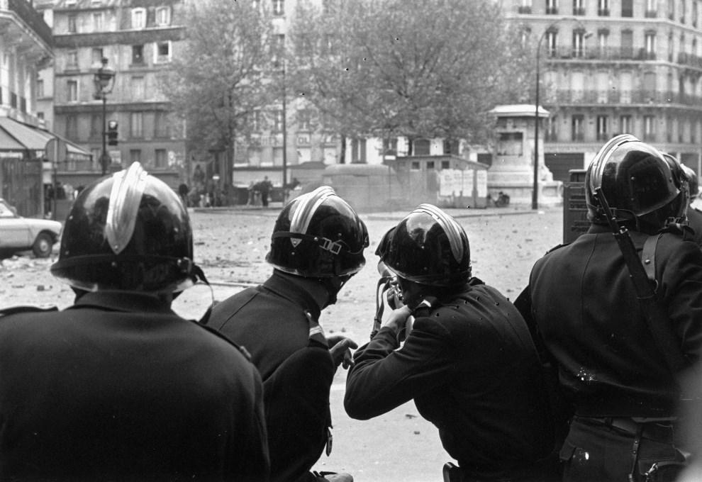 21. FRANCJA, Paryż, maj 1968: Policjanci przygotowują się do wystrzelenia pojemników z gazem łzawiącym. (Foto: Reg Lancaster/Express/Getty Images)