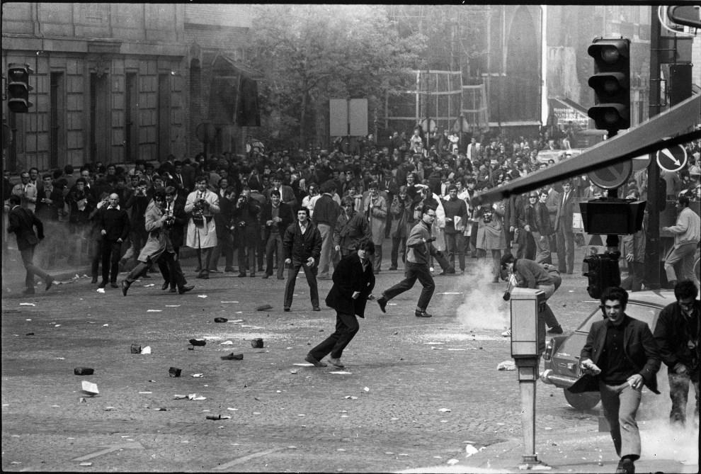22. FRANCJA, Paryż, 14 maja 1968: Walki na ulicy w Paryżu. (Foto: Reg Lancaster/Express/Getty Images)
