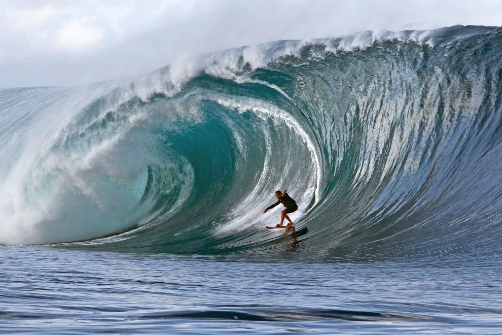 23.POLINEZJA FRANCUSKA, Teahupoo, 14 maja 2013: Surfer płynący na fali w pobliżu Tahiti. AFP PHOTO/GREGORY BOISSY