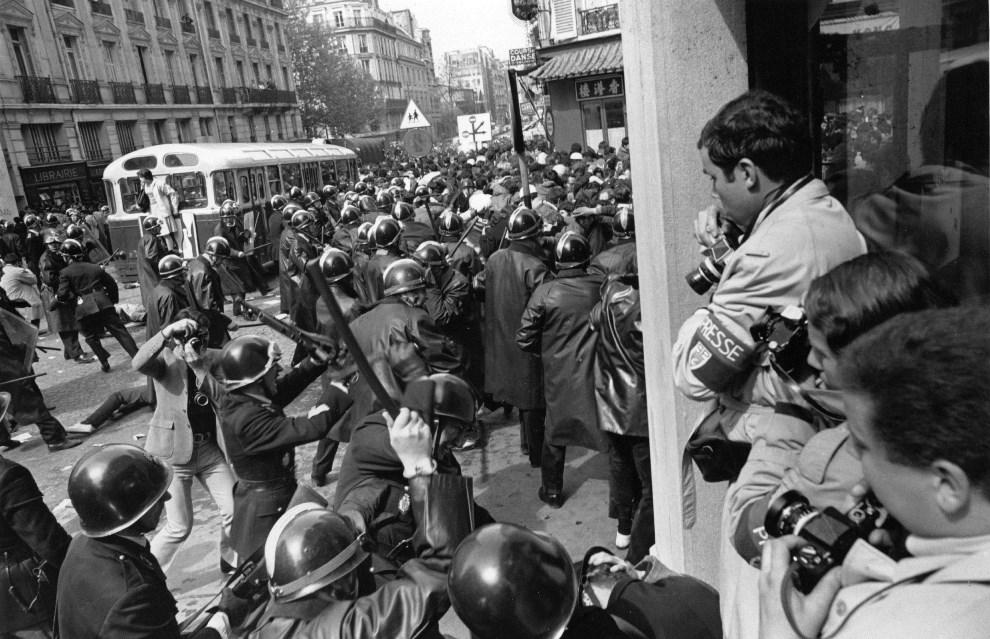 24. FRANCJA, Paryż, maj 1968: Fotoreporterzy przepuszczają nacierających policjantów. (Foto: Reg Lancaster/Getty Images)