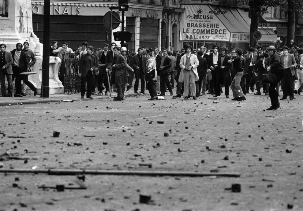 25. FRANCJA, Paryz, 14 maja 1968: Grupa studentów podczas starc na ulicy. (Foto: Reg Lancaster/Express/Getty Images)