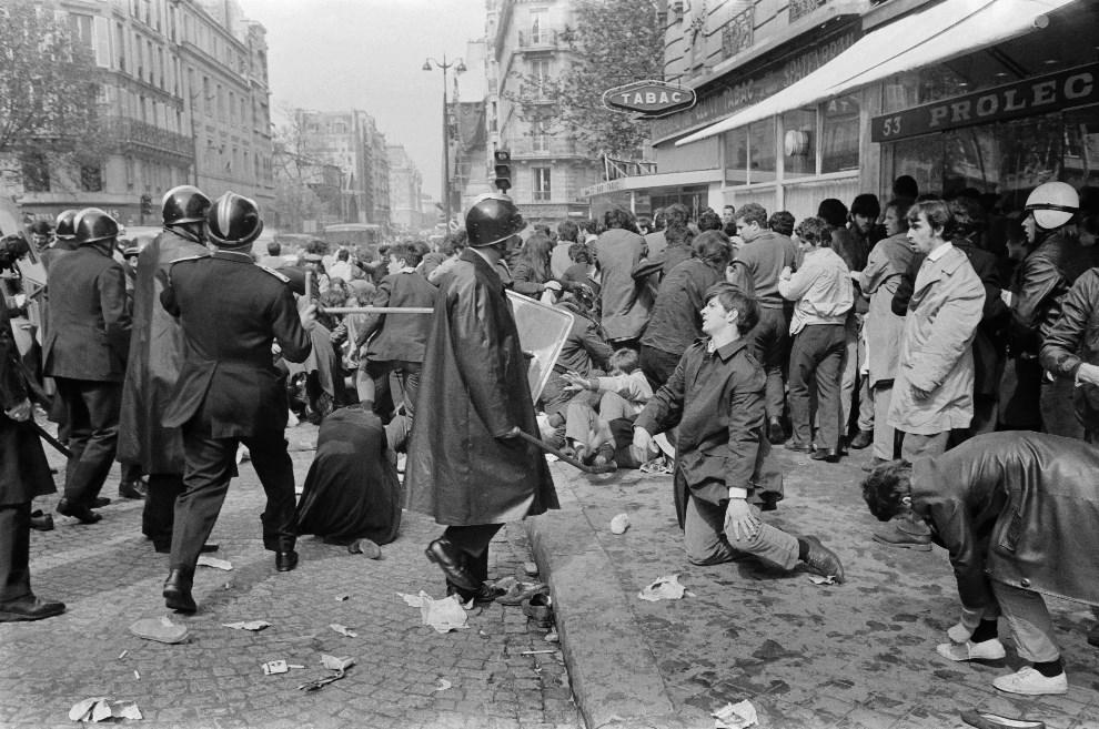 26. FRANCJA, Paryż, 6 maja 1968: Policjanci pacyfikujący tłum na ulicy Saint-Jacques. AFP