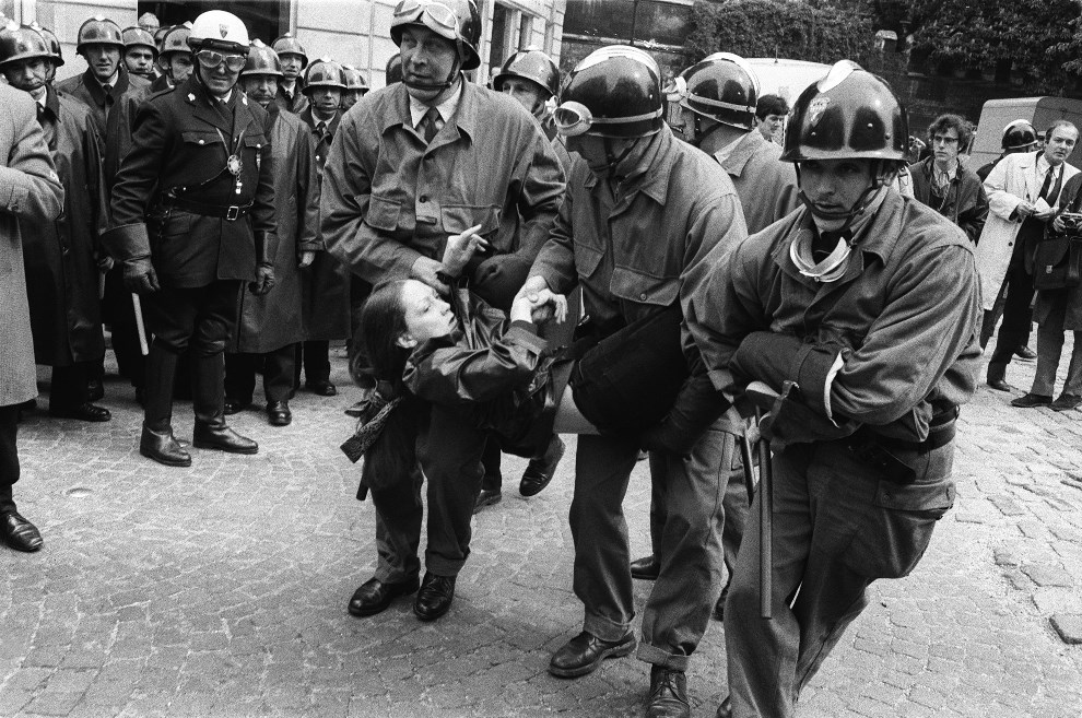 27. FRANCJA, Paryz, 6 maja 1968: Studentka zatrzymana podczas starc. AFP