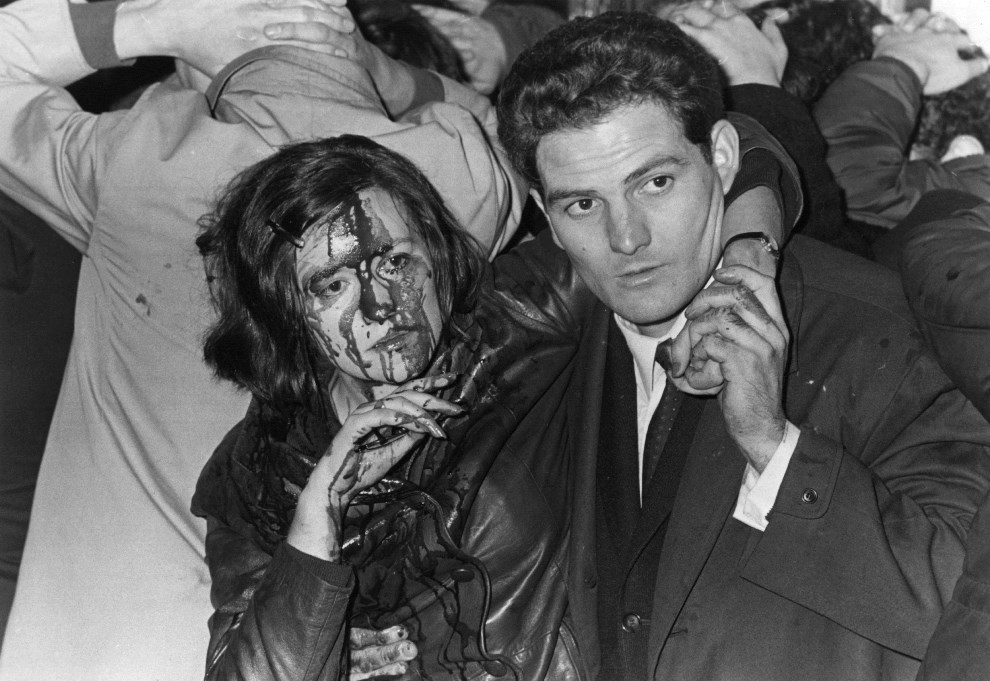 28. FRANCJA, Paryż, maj 1968: Studentka ranna podczas zamieszek. (Foto: Reg Lancaster/Getty Images)