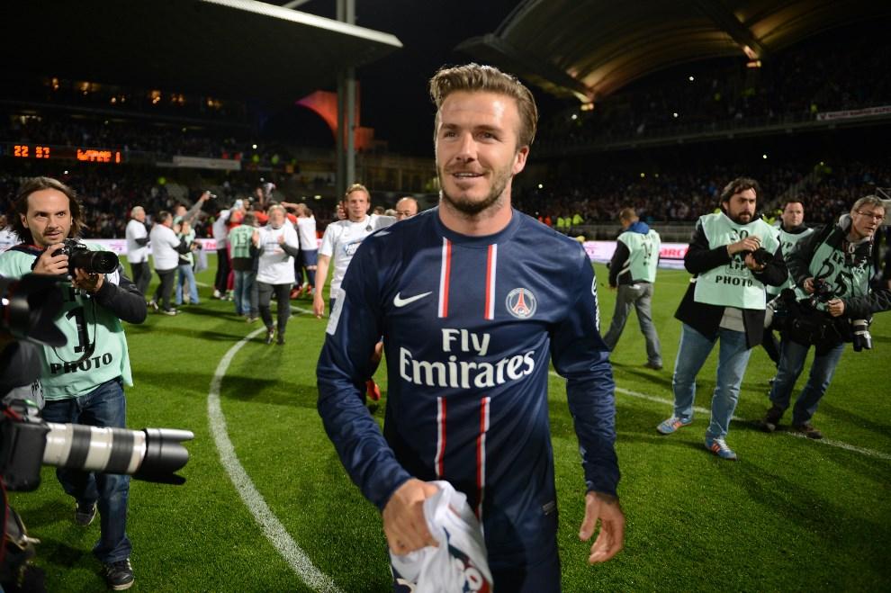 29.FRANCJA, Lyon, 12 maja 2013: David Beckham schodzi z boiska po meczu zapewniającym PSG mistrzostwo ligi. AFP PHOTO/PHILIPPE DESMAZES