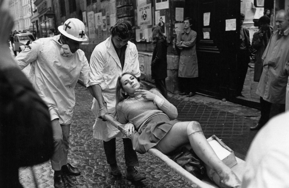 29. FRANCJA, Paryz, 17 czerwca 1968: Studentka ranna podczas zamieszek transportowana na noszach. (Foto: Reg Lancaster/Express/Getty Images)