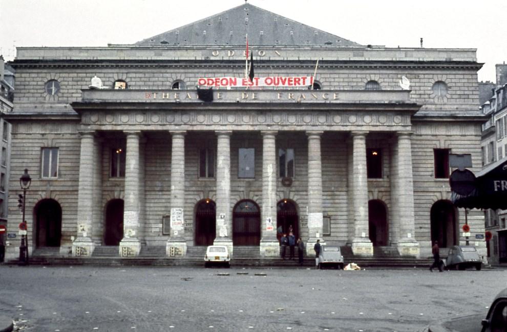 """2.FRANCJA, Paryz, 17 maja 1968: """"Theatre de l'Odeon"""" okupowany przez przez strajkujacych. AFP"""