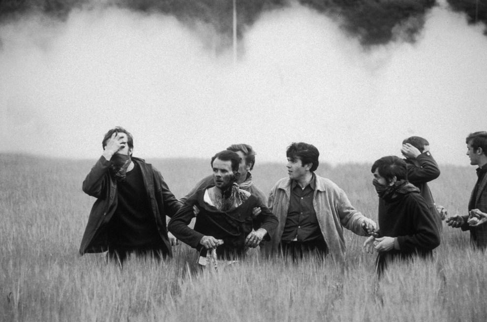 30. FRANCJA, Paryż, 12 czerwca 1968: Grupa studentów ucieka z centrum zamieszek. (Foto: Reg Lancaster/Express/Getty Images)