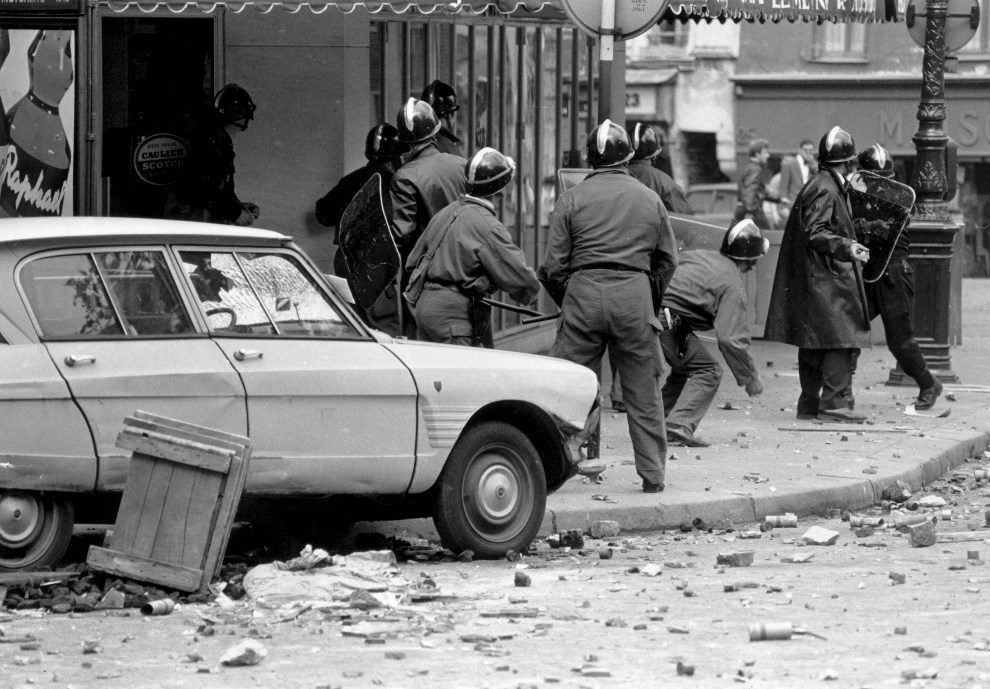 31. FRANCJA, Paryż, maj 1968: Policjanci w trakcie starć z protestującymi. (Foto: Reg Lancaster/Express/Getty Images)