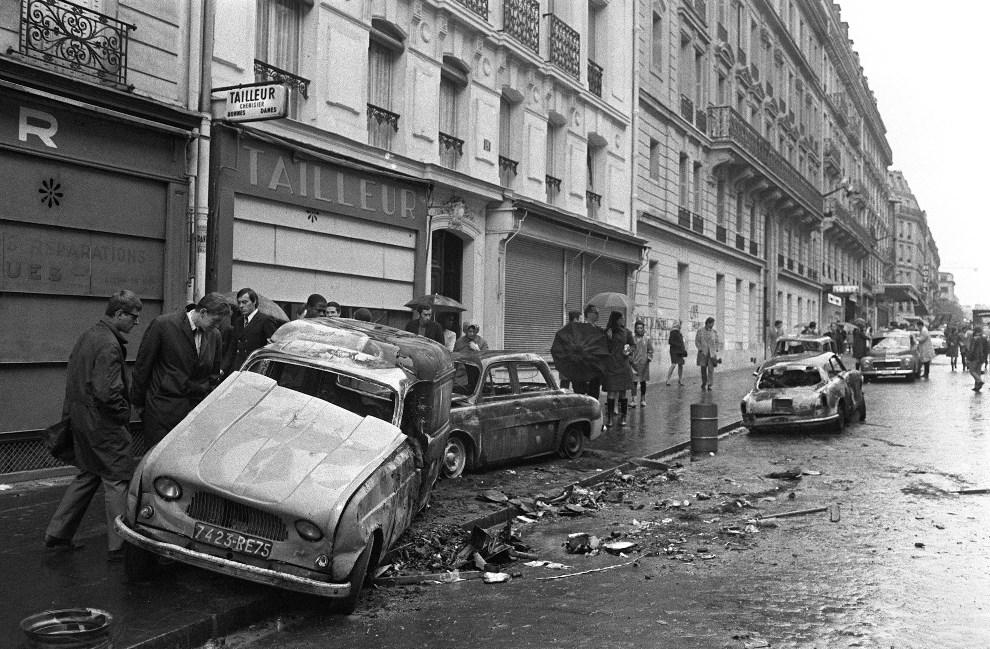 32. FRANCJA, Paryz, 11 maja 1968: Samochody spalone podczas nocnych walk.  AFP