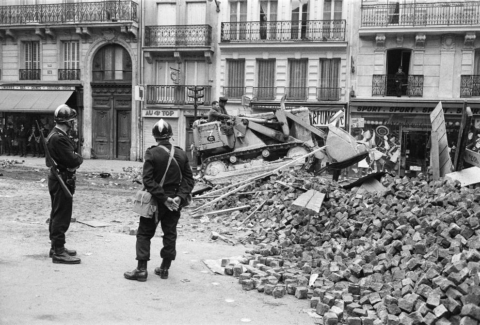 33. FRANCJA, Paryz, 11 maja 1968: Usuwanie barykady z cegiel i bruku. AFP