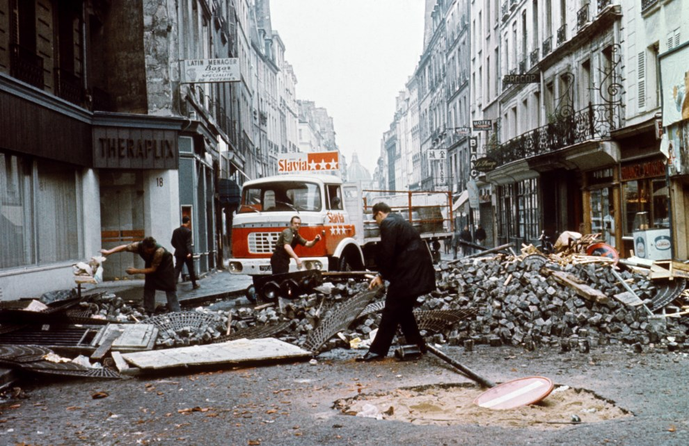 34. FRANCJA, Paryz, 25 maja 1968: Mieszkancy rozbieraja barykade wzniesiona przez protestujacych. AFP