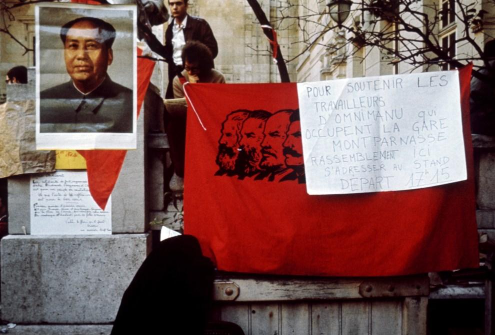 35. FRANCJA, Paryż, maj 1968: Portret Mao Zedonga wywieszony przez pro-maoistów na dziedzińcu Sorbony. AFP