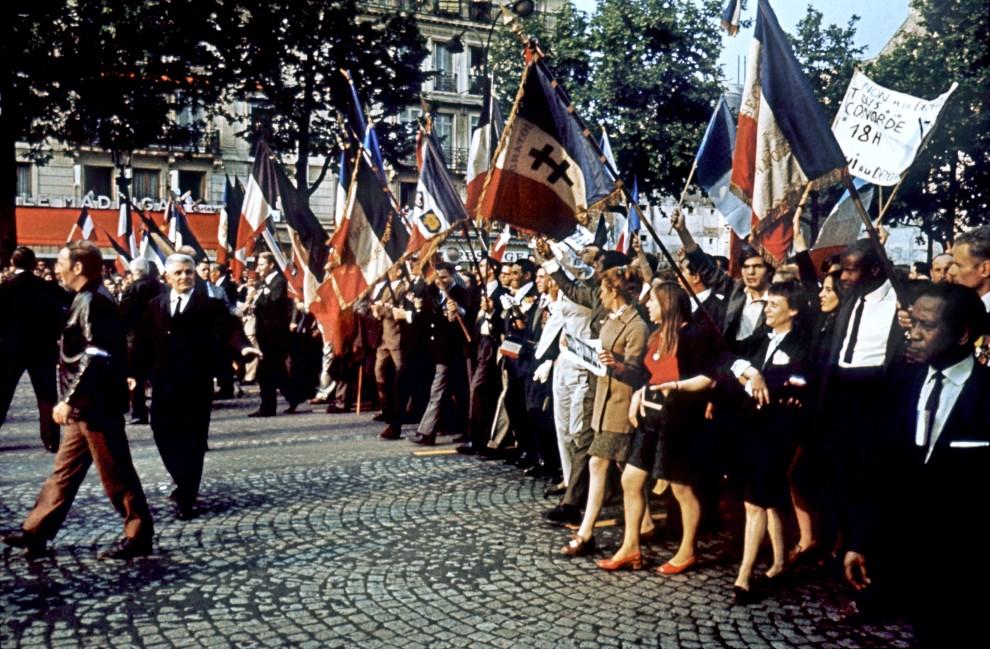 36. FRANCJA, Paryz, 30 maja 1968: Zwolennicy prezydenta podczas manifestacji na Polach Elizejskich. AFP