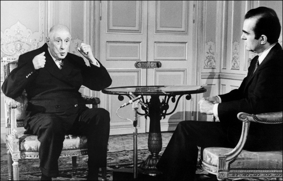 """37. FRANCJA, Paryz, 7 czerwca 1968: Prezydent Charles de Gaulle podczas wywiadu telewizyjnego prowadzonego przez Michela Droit, dziennikarza """"Le Figaro"""". AFP"""