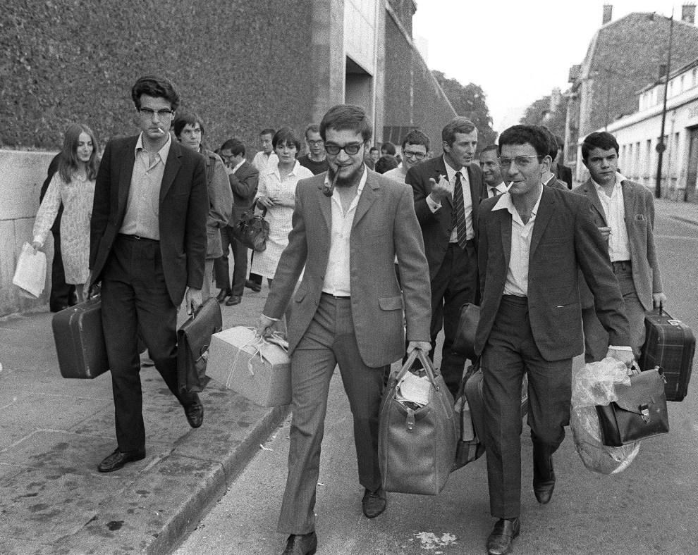 39. FRANCJA, Paryz, 23 sierpnia 1968:  Zwolnieni z wiezienia przywódcy lewicowej JCR (Jeunesses Communistes Revolutionnaires). Pierwszy z lewej idzie Alain   Krivine. AFP