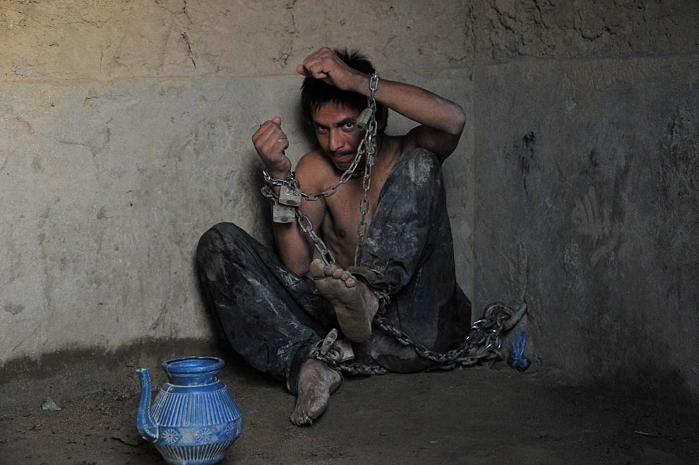3.AFGANISTAN, Ali Baba, 16 maja 2013: Chory psychicznie mężczyzna przykuty do ściany świątyni. AFP PHOTO/ Noorullah Shirzada