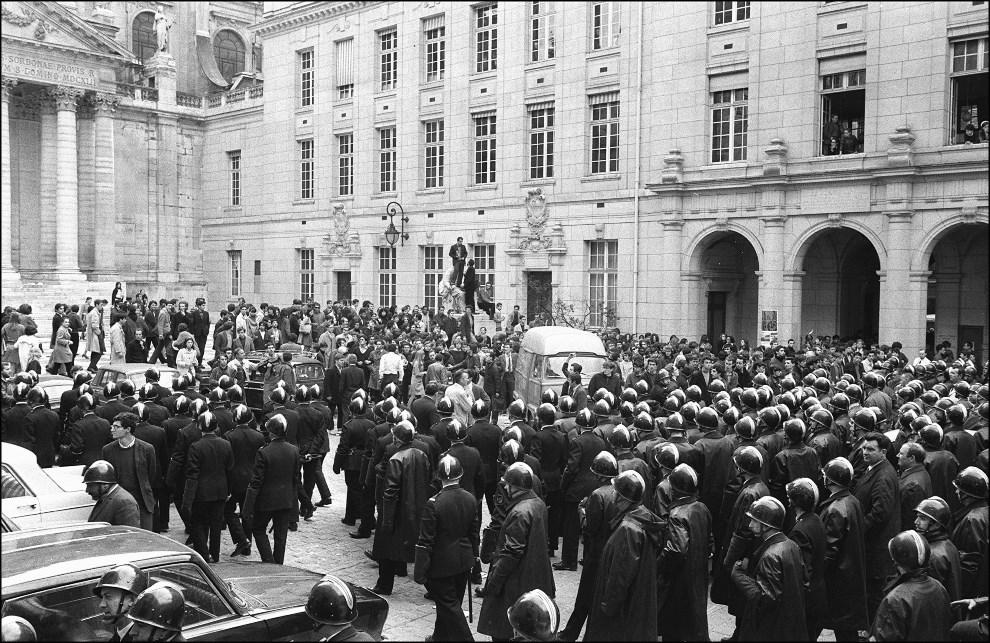 3.FRANCJA, Paryz, 4 maja 1968: Policja wkracza na wydzial paryskiej Sorbony. AFP