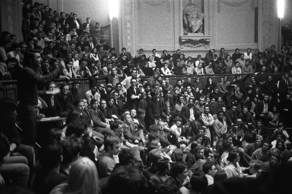 4.FRANCJA, Paryż, maj 1968: Studenci zebrani w amfiteatrze Sorbony. AFP