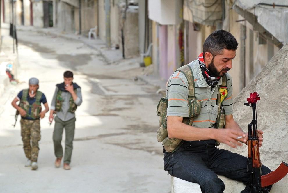 4.SYRIA, Aleppo, 9 maja 2013: Rebeliant na posterunku w dzielnicy Sheikh Maqsoud. AFP PHOTO STR