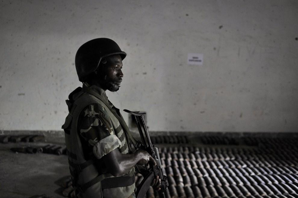 5.SOMALIA, Daynille, 13 maja 2013: Żołnierz pilnuje amunicji zabezpieczonej w jendym z bunkrów, pozostałości reżimu Mohammeda Siada Barre . AFP PHOTO / AU-UN IST   PHOTO / TOBIN JONES