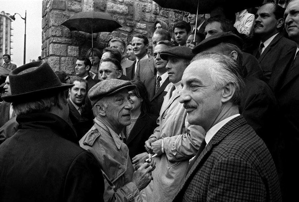 6.FRANCJA, Paryz,  maj 1968: Przedstawiciele showbiznesu demostruja swoje poparcie dla wolnosci informacji i autonomii ORTF (publiczne radio i telewizja). AFP