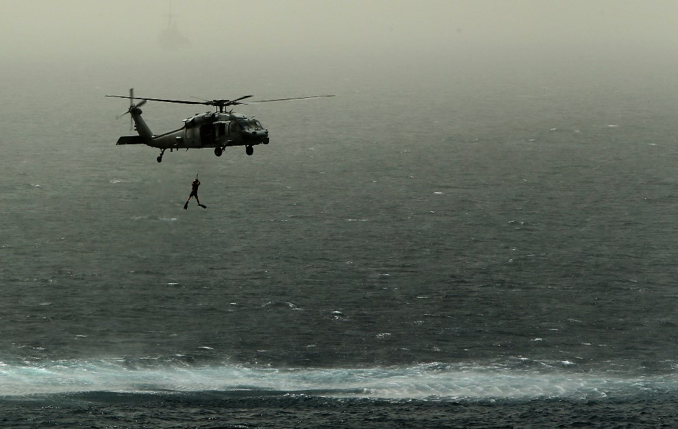 7.MORZE ARABSKIE, 14 maja 2013: Amerykańskie manewry na Morzu Arabskim – nurek przeszkolony w rozbrajaniu min, skacze do wody z pokładu helikoptera. AFP   PHOTO/MARWAN NAAMANI