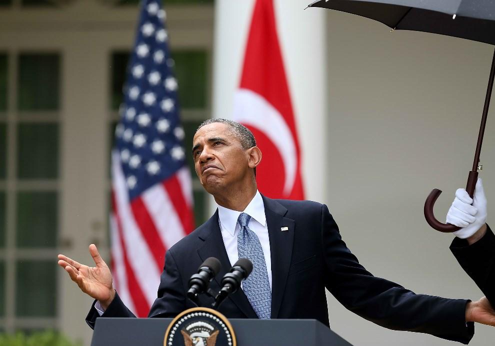 8.USA, Waszyngton, 16 maja 2013: Barack Obama sprawdza, czy nadal pada deszcz, podczas konferencji prasowej. (Foto: Mark Wilson/Getty Images)