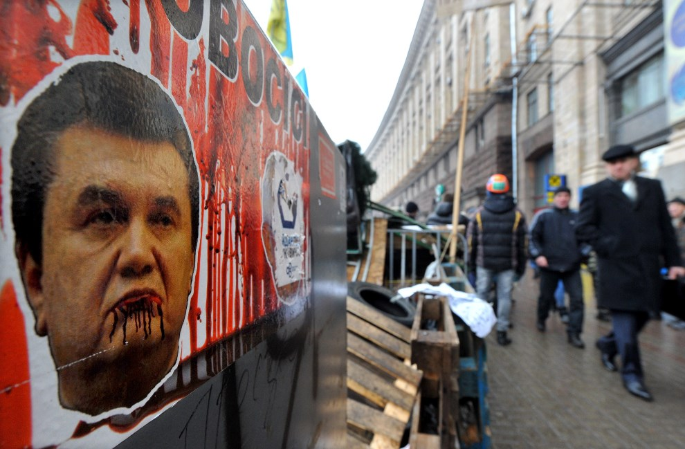 10.UKRAINA, Kijów, 17 grudnia 2013: Plakat z wizerunkiem prezydenta Wiktora Janukowicza. AFP PHOTO/ VIKTOR DRACHEV