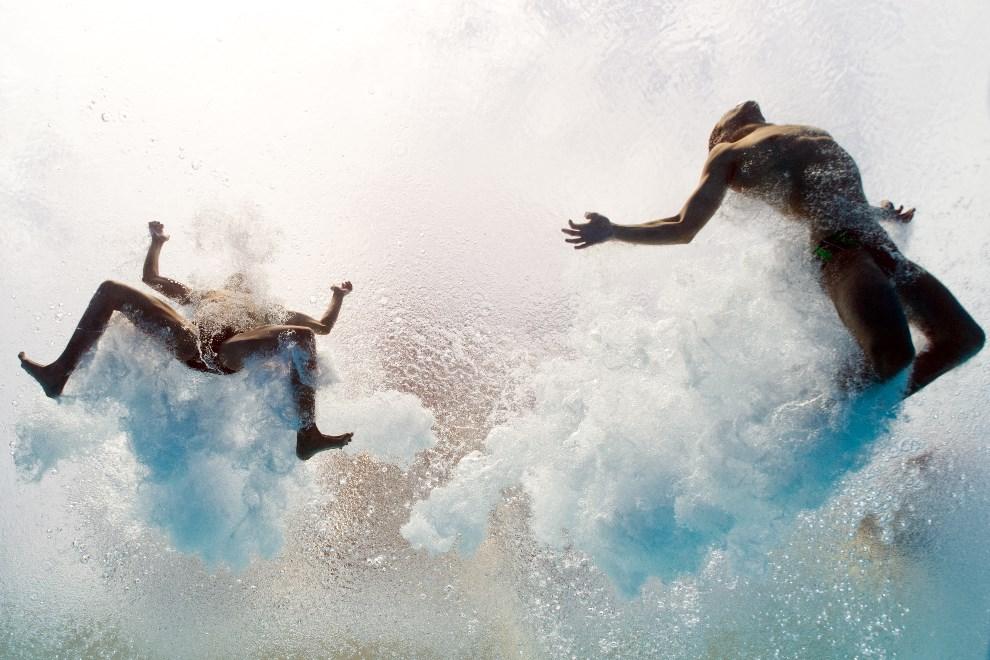 11.HISZPANIA,  Barcelona, 21 lipca 2013: Ivan Garcia i German Sanchez w wodzie basenu podczas zawodów sportowych. AFP FOTO:  / FRANCOIS XAVIER MARIT