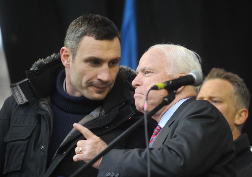 11.UKRAINA, Kijów, 15 grudnia 2013: Amerykański senator John McCain rozmawia z Witalijem Kłyczko.  AFP PHOTO/ GENYA SAVILOV